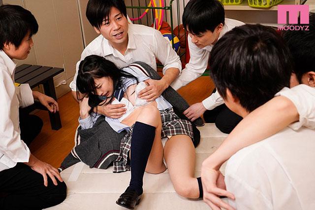 【蜗牛娱乐】MIAA-064 :青梅竹马变成帮凶,每天放学后和大家一起玩弄枢木葵!