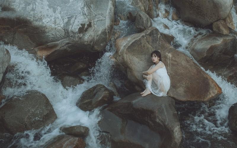 【蜗牛娱乐】白裙湿身美女高清桌面壁纸