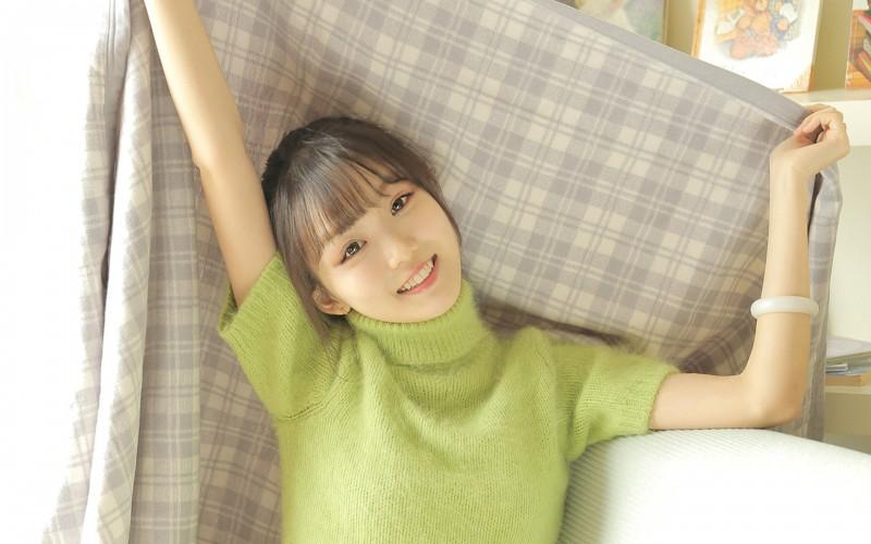 【蜗牛娱乐】元气少女绿色毛衣甜美高清桌面壁纸