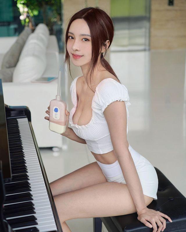 川字肌超明显!大马钢琴美女《李元玲》性感极致身材可凹可折!