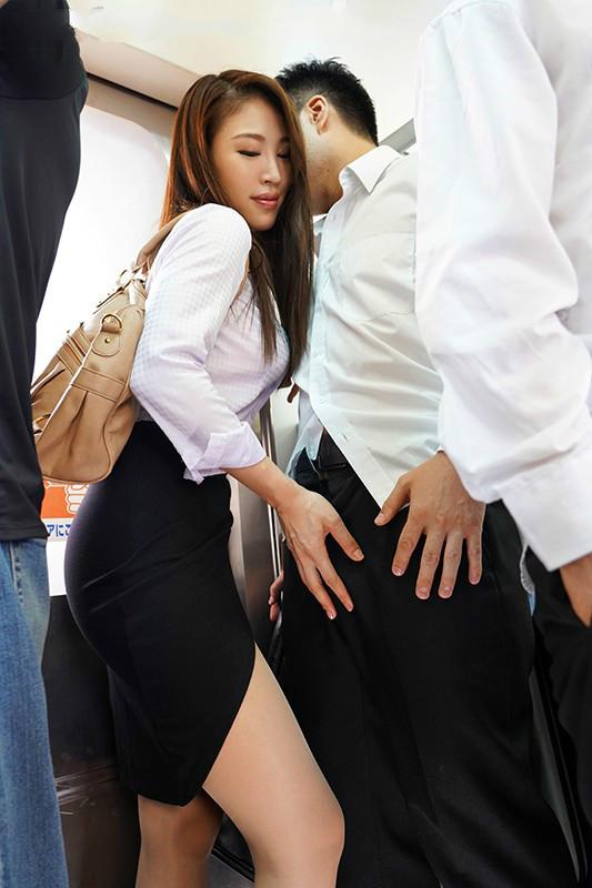 【蜗牛娱乐】JUL-116:忍不住伸手探索「凛音 とうか」的裙底,兴奋的抚摸她的臀部…
