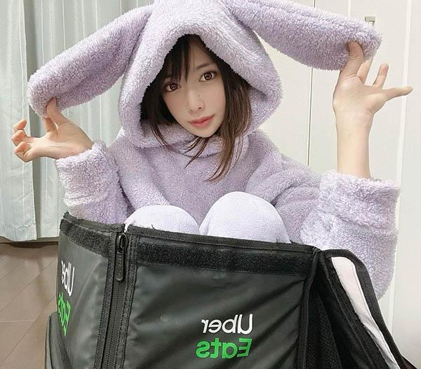 H奶现役女优「辻井ほのか」兼任Uber外送员!挺两颗豪乳徒步送餐,让人好想加点奶球!